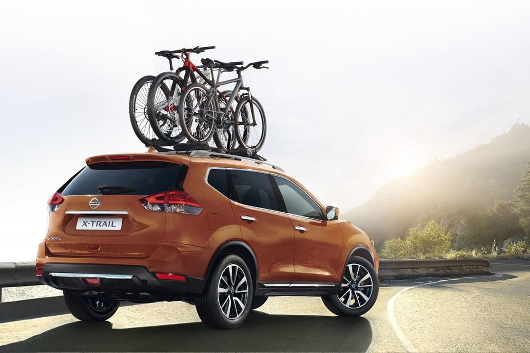 orange-nissan-x-trail-med-cyklar-pa-taket