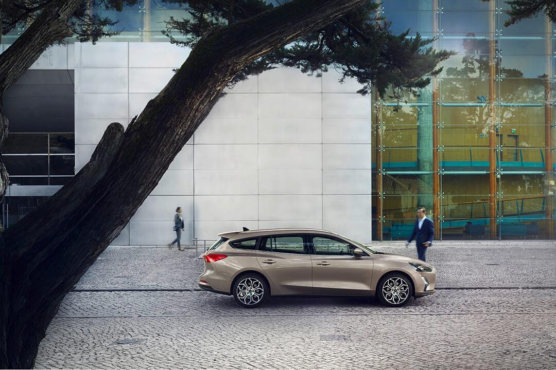 ford-focus-kombi-titanium-parkerad-utanfor-ett-kontor